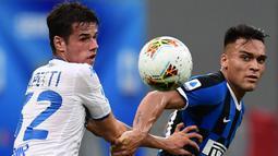 Penyerang Inter Milan, Lautaro Martinez, berebut bola dengan pemain Brescia pada laga lanjutan Serie A pekan ke-29 di Giuseppe Meazza, Kamis (2/7/2020) dini hari WIB. Inter Milan menang 6-0 atas Brescia. (AFP/Miguel Medina)