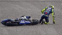 Momen saat pembalap Movistar Yamaha, Valentino Rossi terjatuh pada FP3 MotoGP Valencia. (JOSE JORDAN / AFP)