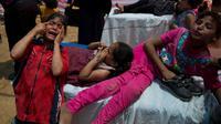 Sejumlah anak Palestina terkena gas air mata selama protes berada di tenda medis di dekat Beit Lahiya, Jalur Gaza, Senin (14/5). Tentara Israel menembak dan membunuh puluhan warga Palestina selama protes massal di perbatasan Gaza. (AP/Dusan Vranic)