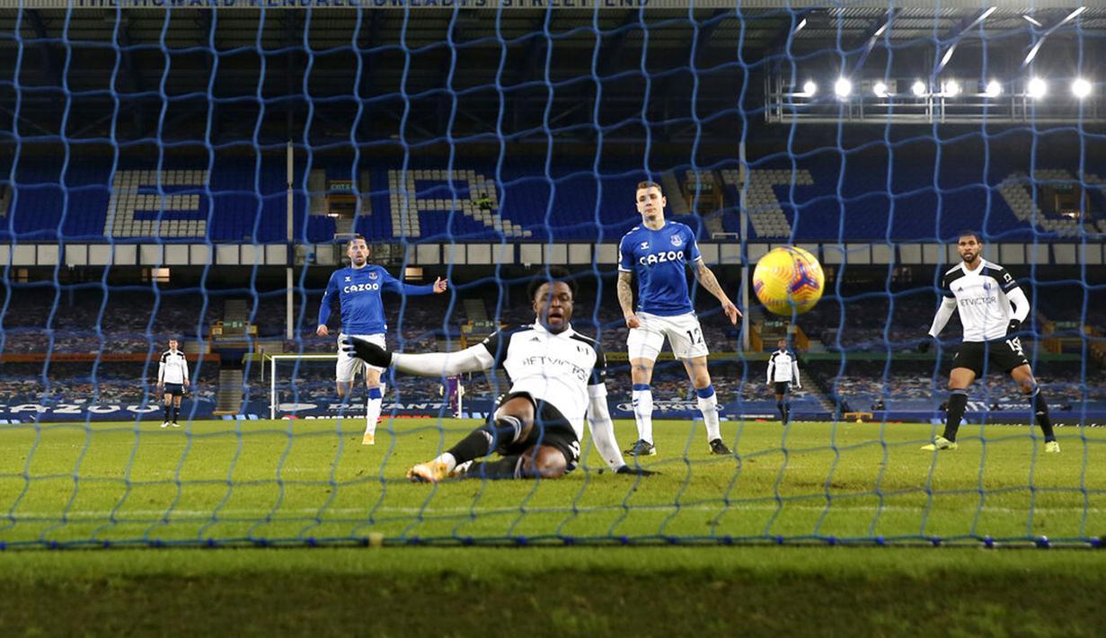 Pemain Fulham Josh Maja (tengah) mencetak gol ke gawang Everton pada pertandingan Liga Inggris di Goodison Park, Liverpool, Inggris, Minggu (14/2/2021). Everton kalah 0-2 dari Fulham. (Jason Cairnduff/Pool via AP)