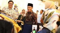 Presiden Joko Widodo atau Jokowi didampingi Menteri Perindustrian Airlangga Hartarto melihat-lihat busana saat menghadiri pembukaan Muslim Fashion Festival (Muffest) Indonesia Tahun 2018 di JCC, Kamis (19/4). (Liputan6.com/Immanuel Antonius)
