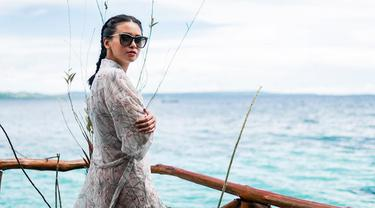 Penampilan Ayushita saat liburan di Pantai Ora, Pulau Seram, Maluku tampak sangat santai. Menggunakan aksesori kacamata hitam dan dengan rambut di kepang, dia tampak percaya diri. (Liputan6.com/IG/@ayushita)