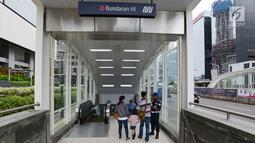 Petugas keamanan memeriksa calon penumpang saat akan mengikuti uji coba publik Mass Rapid Transit (MRT) di Jakarta, Selasa (12/3). Uji coba publik berlangsung pada 12-23 Maret 2019. (merdeka.com/Imam Buhori)
