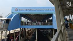 Pemandangan Jembatan Penyeberangan Multiguna Tanah Abang di kawasan Jati Baru, Jakarta, Selasa (20/8/2019). Mahkamah Agung (MA) menganulir kebijakan Pemerintah Provinsi DKI Jakarta yang mengalihkan fungsi jalan jadi tempat berdagang para pedagang kaki lima (PKL). (merdeka.com/Imam Buhori)