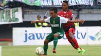 Ariel Sharon de Keyzer (kanan) saat duel Persebaya vs Persinga di Stadion Gelora Bung Tomo, Surabaya, Kamis (16/2/2019). (Bola.com/Aditya Wany)
