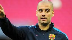 Pelatih Barcelona Pep Guardiola memimpin pasukannya menjajal lapangan Wembley Stadium pada 27 Mei 2011, sehari jelang final Liga Champions melawan Manchester United. AFP PHOTO/LLUIS GENE