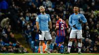 Ekspresi pemain Manchester City Sergio Aguero (kiri) dan Gabriel Jesus setelah rekan mereka Fernandinho mencetak gol bunuh diri saat menghadapi Crystal Palace pada pertandingan Liga Inggris di Etihad Stadium, Manchester, Inggris, Sabtu (18/1/2020). Laga berakhir 2-2. (AP Photo/Rui Vieira)