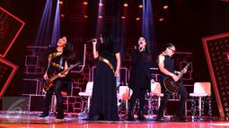 Tantri (kedua kiri) dan Kikan (kedua kanan) saat manggung bersama Kotak di acara 'The Farewell Medley' Infotainment Awards 2016, Jakarta, Jumat (22/1/2016). Menunggu masa cuti Tantri, Kotak akan berkolaborasi dengan Kikan. (Liputan6.com/Gempur M Surya)