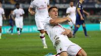 Striker AC Milan Krzysztof Piatek merayakan golnya ke gawang Hellas Verona pada pekan ketiga Liga Italia di Stadio Marc'Antonio Bentegodi, Senin (16/9/2019) dini hari WIB. AC Milan menang 1-0. (Simone Venezia/ANSA via AP)