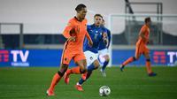 Bek Belanda, Virgil van Dijk, berebut bola dengan penyerang Italia, Ciro Immobile, pada laga lanjutan UEFA Nations League di Atleti Azzurri d'Italia Stadium, Kamis (15/10/2020) dini hari WIB. Italia imbang 1-1 atas Belanda. (AFP/Marco Bertorello)