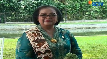 Spesial di Hari Kartini, Menteri Kehutanan dan Lingkungan Hidup Siti Nurbaya yang mengenakan sanggul dan kebaya.
