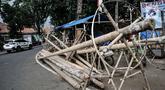 Kendaraan melintas di depan tumpukkan pohon pinang yang dijual di Jalan Manggarai Utara, Jakarta, Selasa (11/8/2020). Penjualan pohon pinang tahun ini menurun drastis dibandingkan tahun sebelumnya akibat pandemi Covid-19 yang menyebabkan larangan sejumlah perlombaan. (merdeka.com/Iqbal Nugroho)