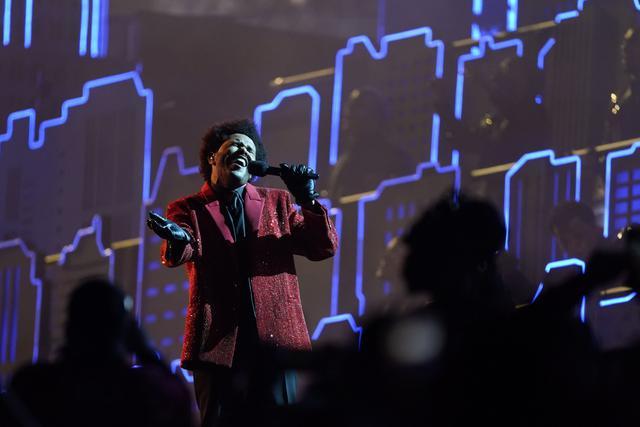 The Weeknd saat tampil di Super Bowl 2021 Halftime Show.  (AP Photo/Mark Humphrey)