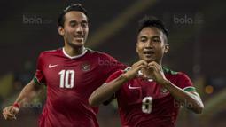 Muhammad Hargianto (kanan) menerima kartu kuning pada menit ke-64 setelah melanggar pemain Kamboja pada laga Grup B SEA Games 2017 di Stadion Shah Alam, Selangor, Kamis, (24/8/2017). Indonesia menang 2-0. (Bola.com/Vitalis Yogi Trisna)