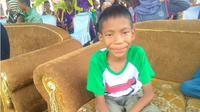 Azzam, hingga berusia 11 tahun tidak bersekolah karena penyakit yang dialaminya kadang membuat dia berteriak kesakitan tiba-tiba. (Liputan6.com/Ahmad Akbar Fua)