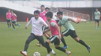 Pelatih PSS Sleman, Seto Nurdiyantoro (jaket putih) ikut bermain dalam sesi latihan bersama anak asuhnya di Stadion Maguwoharjo, Rabu (140/8/2019) pagi. (Bola.com/Vincentius Atmaja)