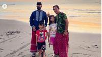Anies Baswedan Nikmati Matahari Terbit di Pantai Teluk Penyu Cilacap. (dok.Instagram @aniesbaswedan/https://www.instagram.com/p/CNtPkMcg6Ka/Henry)