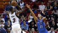 Dwyne Wade (putih) mengantarkan Miami Heat menang atas Oklahoma City Tunder dalam lanjutan NBA di AmericanAirlines Arena, Miami, Jumat (4/12/2015) WIB. Lewat pertarungan ketat, Heat menang dengan skor 97-95.  (USA Today / Steve Mitchell)