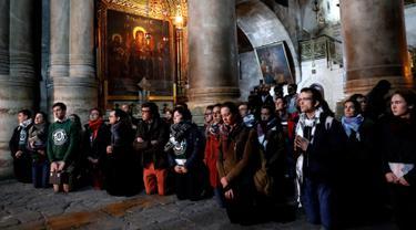 Jemaat Kristen beribadah setelah tiga hari penutupan Gereja Makam Kudus di Yerusalem, Rabu (28/2). Aktivitas ini kembali dilakukan di gereja di mana Yesus disalibkan, wafat, dimakamkan, dan bangkit tersebut. (THOMAS COEX/AFP)