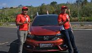 Dua pembalap nasional Alvin Bahar dan Rio SB dari Honda Racing Indonesia menyiksa all new Honda Brio di sela media test drive di kawasan Uluwatu, Badung, Bali. (Merdeka.com)