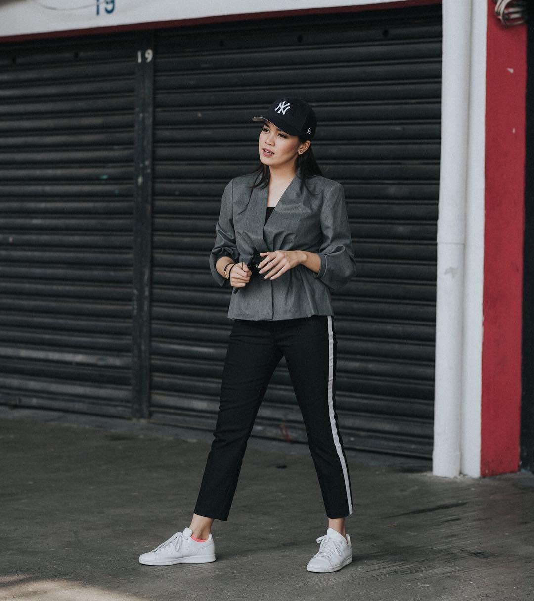 Alexandra Asmasoebrata pakai sneakers tampil sporty. (Image: alexandra.asma/instagram)