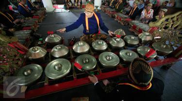 Sejumlah abdi dalem memainkan gamelan  sekaten di Bangsal Masjid Agung Kraton Surakarta, (21/12). Gamelan ini di bunyikan dan dapat di saksikan oleh masyrakat umum. (Boy Harjanto)