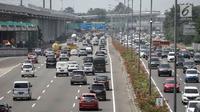 Suasana saat kendaraan roda empat melintas di Tol Jagorawi, Jakarta, Jumat (6/4). Pemerintah akan memberlakukan aturan ganjil genap di ruas Tol Jagorawi dan Tol Jakarta-Tangerang mulai awal Mei 2018. (Liputan6.com/Faizal Fanani)