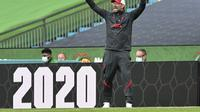 Manajer Liverpool Jurgen Klopp memberi isyarat selama pertandingan sepak bola Perisai Komunitas FA Inggris antara Arsenal dan Liverpool di stadion Wembley di London, Sabtu, 29 Agustus 2020. (Justin Tallis / Pool via AP)