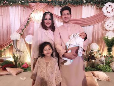 Iko Uwais menikah dengan penyanyi Audy Item pada 25 Juni 2012. Iko Uwais pun dikenal sebagai pria yang amat sayang pada sang istri. Kini pasangan ini telah dikaruniai dua orang putri cantik. (Liputan6.com/IG/@iko.uwais)