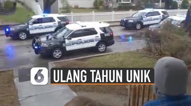 Rombongan mobil polisi tiba-tiba berhenti di depan anak-anak yang berkumpul di teras rumah.