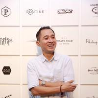 """""""Teater, itu buat aku bisa melatih akurasi. Kalau dalam film bisa diulang, kalau teater tidak dan itu hal yang berbeda,"""" ucap Lukman saat syukuran teater """"Bunga Penutup Abad"""" di Kemang, Jakarta Selatan, Senin (30/5). (Galih W. Satria/Bintang.com)"""