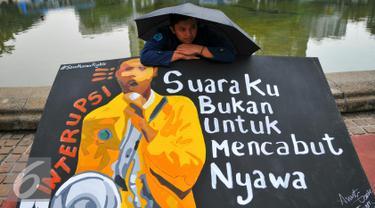 Mahasiswa Universitas Trisaksi saat memperingati 'Tragedi Trisakti 12 Mei 1998' di Jakarta, Kamis (12/). Mereka menuntut pemerintah menyelesaikan tragedi yang menewaskan empat orang mahasiswa Trisakti 18 tahun lalu. (Liputan6.com/Yoppy Renato)