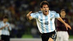 Nomor punggung 18 digunakan Lionel Messi pada awal karier di Timnas Argentina U-20. Bersama nomor tersebut, Messi mampu raih gelar Piala Dunia U-20 pada 2005 silam. Nomor tersebut juga digunakan oleh La Pulga di Timnas senior pada musim 2004/2005, 2006/2007. dan 2008/2009. (Foto: AFP/Luis Acosta)