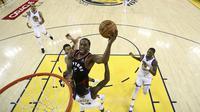 Kawhi Leonard memasukkan bola saat Raptors dijamu Warriors di gim ketiga NBA Finals 2019 (AP)