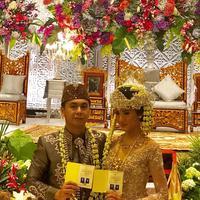 Julukan Kapten Jomblo akhirnya sudah lepas dari sosok Raditya Dika. Pasalnya, kini Radit telah resmi menikahi seorang wanita cantik bernama Anissa Aziza. Tepatnya hari ini, Sabtu (5/5/2018) keduanya resmi menikah. (Instagram/luluzakaria70)