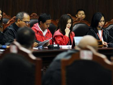 Pihak pemohon mengikuti sidang perdana permohonan uji materi UU Nomor 7 Tahun 2017 tentang Penyelenggaraan Pemilu di Gedung Mahkamah Kontitusi, Jakarta, Selasa (5/9). Ada tiga pasal yang diuji materikan. (Liputan6.com/Helmi Fithriansyah)