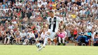 Cristiano Ronaldo berusaha mengontrol bola saat pertandingan persahabatan antara Juventus A dan tim B di Villar Perosa, Italia utara, (12/8). Pertandingan dimenangkan tim utama Juventus dengan skor 5-0. (AP Photo/Antonio Calanni)