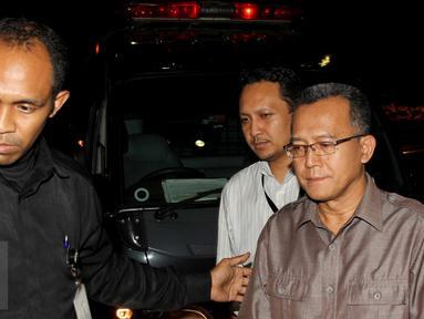 Ketua Pengadilan Tata Usaha Negara (PTUN) Medan, Tripeni Irianto Putro (kanan) saat keluar dari mobil tahanan usai diamankan petugas KPK dalam operasi tangkap tangan, di Gedung KPK, Jakarta, Jumat (10/7/2015). (Liputan6.com/Helmi Afandi)
