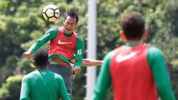 PemainTimnas Indonesia U-23, Hansamu Yama berebut bola dengan rekannya pada saat latihan di Lapangan A,B,C, Senayan, Jakarta (21/2/2018). Latihan ini merupakan persiapan Asian Games 2018. (Bola.com/Nick Hanoatubun)