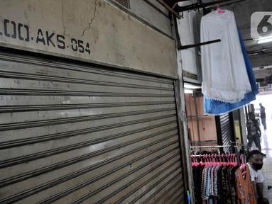 Pedagang menunggu pembeli saat pemberlakukan ganjil genap pasar tradisional di Jakarta, Senin (15/6/2020). PD Pasar Jaya mulai hari ini memberlakukan penerapan ganjil genap di pasar tradisional sebagai upaya membatasi jumlah pengunjung selama masa PSBB transisi. (merdeka.com/Iqbal S. Nugroho)