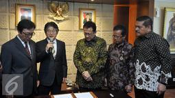 Ketua DPD Irman Gusman (ketiga kanan) saat  menerima kunjungan President of GNB Biotech Seoul National University Korea Young Joon Ahn (kiri), President of GWP Korea KWan Eung Lee (kedua kiri), Jakarta, Rabu (6/4). (Liputan6.com/Johan Tallo)