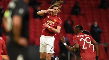 Striker Manchester United, Edinson Cavani (tengah) melakukan selebrasi usai mencetak gol pertama timnya ke gawang Granada dalam laga leg kedua perempatfinal Liga Europa 2020/2021 di Old Trafford Stadium, Manchester, Kamis (15/4/2021). Manchester United menang 2-0 atas Granada. (AFP/Oli Scarff)