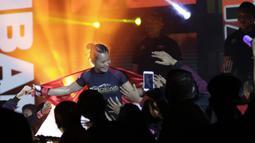 Petarung Indonesia, Priscilla Lumban Gaol, bersiap melawan petarung India, Puja Tomar, saat bertarung pada laga ONE Championship di Istora Senayan, Jakarta, Sabtu (19/1). Priscilla kalah dari Puja. (Bola.com/M. Iqbal Ichsan)