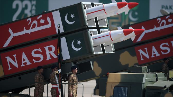 Rudal Nasr berkemampuan jarak pendek diperlihatkan saat parade Hari Militer Pakistan di Islamabad, (23/3). Parade ini memperingati Resolusi Lahore, perpisahan kaum Muslim dari Kerajaan Britania India. (AFP Photo / Aamir Qureshi)