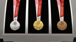 Medali perak, emas, dan perunggu Paralimpiade Tokyo 2020 ditampilkan saat Chef de Mission Seminar bersama Komite Paralimpiade Nasional masing-masing negara di Tokyo, Jepang, Selasa (10/9/2019). Medali Paralimpiade Tokyo 2020 dibuat ramah untuk atlet tunanetra. (Toshifumi Kitamura/AFP)