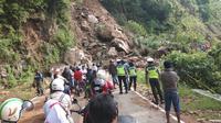 Antrian kendaraan bermotor, saat menunggu petugas membersikan longsor di badan jalan trans selatan Flores, Kilometer 17, Kabupaten Ende.(Liputan6.com/ Dionisius Wilibardus)