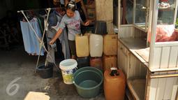 Warga membeli air bersih di Kampung Pasar Ikan Luar Batang, Penjaringan, Jakarta, Senin (28/3). Warga membeli air bersih karena pasokan air bersih melalui PDAM tidak mengalir. (Liputan6.com/Gempur M Surya)