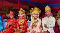 Pasutri yang mengikuti Nikah Massal menggunakan pakaian adat Kota Palembang (Liputan6.com / Nefri Inge)