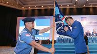 Ketum Partai Demokrat, Agus Harimurti Yudhoyono (AHY) memegang pataka bendera Partai Demokrat usai terpilih secara aklamasi dalam Kongres V Partai Demokrat di JCC, Jakarta, Minggu (15/3/2020). (Liputan6.com/Dok Partai Demokrat)