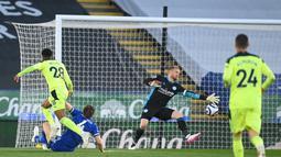Gelandang Newcastle, Joe Willock (kiri) saat mencetak gol ke gawang Leicester City pada pertandingan lanjutan Liga Inggris di Stadion King Power di Leicester, Inggris, Sabtu (8/5/2021). Dengan kemenangan ini, Newcastle berada di posisi 13 dengan 39 poin. (AFP/Pool/Michael Regan)